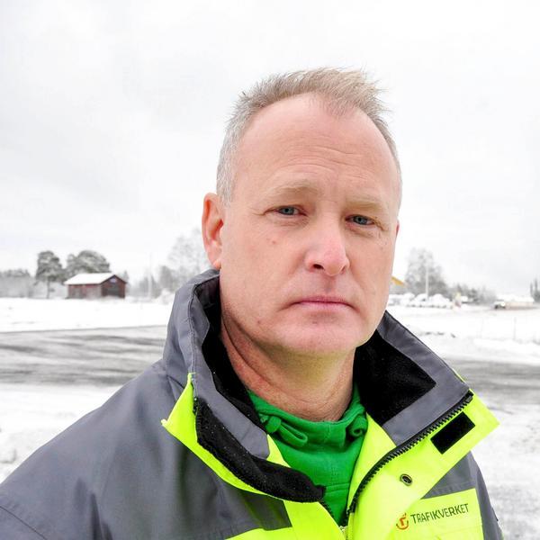 – Det här är en evinnerlig långbänk, suckar Kjell-Arne Blom på Trafikverket. Elsäkerheten har strulat till det, vi har inte tänkt på att elanläggningen inte är våran. Nu har Inlandsbanan lovat att byta lampor men vi betalar det.