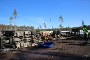 Innan timmerbilen kunde bärgas sanerade Mora brandkår ett dieselläckage från fordonet.