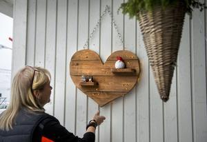 Trähjärtat med ljusdioder har Ingela Andersson och särbon Anders Brusell snickrat ihop.