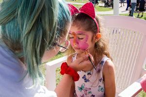 Fatema Almoustafa, 5 år, blev sminkad till en fjäril av Klara Elf.