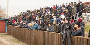Det var flera hundra åskådare som kom till manifestationen för att bevara bandyplanen i Köping.