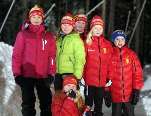 Några av Svegs unga skidskyttar på plats i Åsarna.Foto: Eleonor Mattsson.