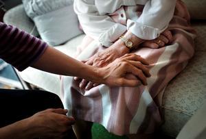 En timmes kortare nattarbetspass inom hemstjänsten och på vård och omsorgsboenden med en timme är ett av besparingsförslagen på socialförvaltningen. Arkivfoto: NA/Kicki Nilsson
