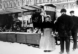 En av dem som krängde livsmedel på torget i Sundsvall i början av 1900-talet var A. Högström. Hans köttvagn placerades framför  Hirschska huset.