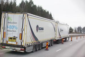 En 32 meter lång lastbil på E4:an. I dag får den inte köras på allmänna vägar, men om reglerna ändras kan långtradare på upp till 34,5 meter släppas fram på motorvägar och större riksvägar.