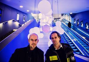 Mats Bigert och Lars Bergström framför Morgondagens väder Stockholms Centralstation. Foto: Robil Haldert/Scanpix