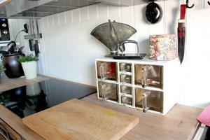 Klassiska mjöl- och grynlådor i köket kommer från Danmark.