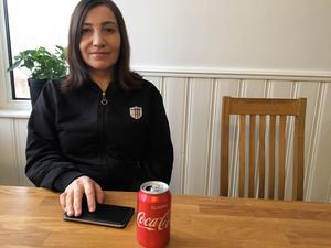 Meryem Mirza fick något konstigt i munnen när hon tog en klunk Coca-cola direkt ur burken. - Det kändes väldigt obehagligt, berättar hon.