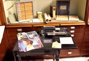 Hon hittar nya saker hela tiden. En gammal checkmaskin, ett block för kopior, skyltar och kataloger från förr.