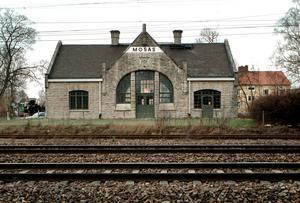 Föräldrarna hade gärna sett ett informationsmöte i stationshuset , där kommunen förklarade läget kring bygget av förskolan.