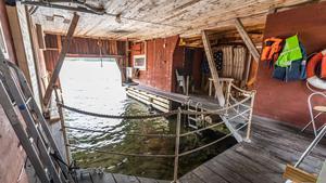Än så länge har den största uppmärksamheten kring båthuset skett på hemnet.se, hur stort det reella intresset är visar sig på visningsdagen den 17 november. Foto:  Ulf Gustavsson / Kjell Johanssons fastighetsbyrå