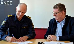 Lokalpolischef Mats Lagerblad och kommunalrådets ordförande Jan Bohman (S) signerar det senaste medborgarlöftet.