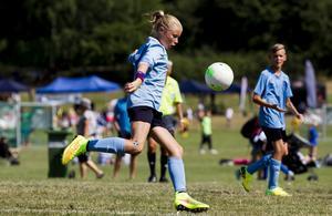 En mer jämställd fördelning av sponsorpengar kan göra stor skillnad för flickors hälsa, skriver debattörerna. Foto: TT