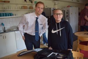 Joel Helbe från Räddningstjänsten tackade Melwin Löwdahl för hans insats. Foto: Nadja Vuorinen/Norbergs kommun