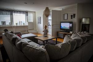 På övervåningen finns ett stort tv-rum med soffa som rymmer hela familjen.