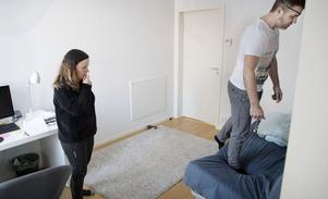 På sin väg tillbaka har Per Elofsson haft stor hjälp av ett rehabiliteringsteam. Viveca Eklund är arbetsterapeut och ingår i teamet strokehemrehab som träffar alla patienter när de kommer hem från strokecenter och rehabiliterar dem hemma. Foto: Torbjörn Jakobsson/VK