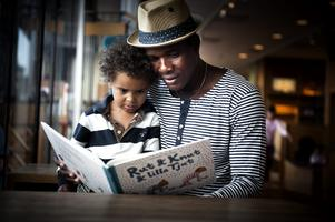 Högläsning av godnattsagor introducerar tidigt barn till läsandets värld. Foto: David Magnusson/TT