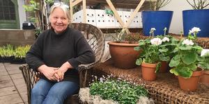Barbro Levin Sannehag är uppvuxen kring trädgården och växthusen i Övre Gärdsjö. Nu är hon och hennes familj tredje generationen som driver handelsträdgården.