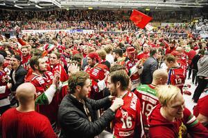 Enligt klubbchefen finns en trogen andel Morafan, där 2300 köpt säsongskort i år. Här en bild på fans och spelare i samband med sista kvalmatchen 2017.