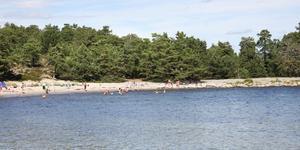 Stranden Storsand på Nåttarö är populär. Lite längre norrut ligger Skarsand, även kallad Lilla Sand.