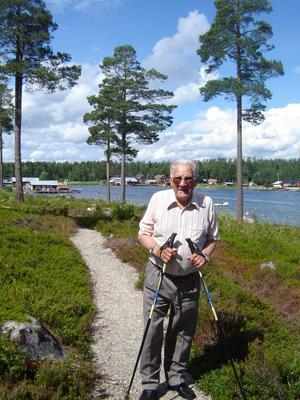 Erik Strid på promenad vid i Lönnångersfjärden där familjen har stuga. Foto: Privat