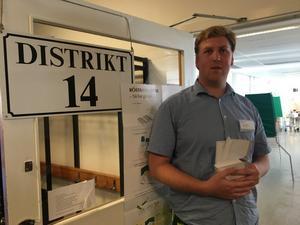 Röstmottagaren Martin Hagman berättar att många har varit på plats för att rösta i Vanstaskolan.