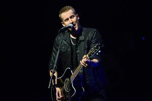 Stefan Nordlander var först ut på scenen och spelade några av sina egna låtar.