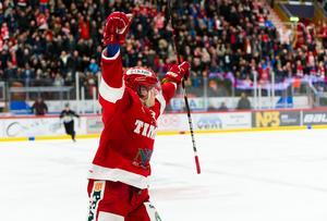 Timrås Marcus Hardegård  jublar efter 3-3 målet i sjätte matchen. Bild: Pär Olert/BILDBYRÅN