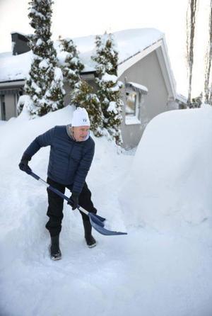 Under det snörika 2018 skottades det mycket. Stig framför villan i Haga i Sundsvall.