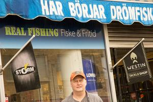 Jim Johansen utanför de nuvarande butikslokalerna vid Storgatan i Sandviken.