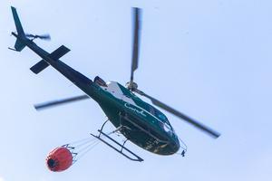 Fortfarande finns resurser från luften att tillgå i brandbekämpningsarbetet, i form av helikoptrar.