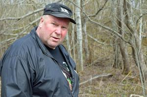 Roland Brunk konstaterar att mycket skräp dumpas i naturen.