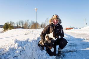 När det är kallare än -15 grader brukar Lena Jonasson Fischer sätta ett täcke på sin australian sheperd. Inte för att hunden, som heter Link, varit så brydd av kylan, men hon gör det i förebyggande syfte för att inte riskera att hunden förfryser sig.Bild: Moa Fredholm