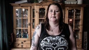 Boel Hoffman lider av kraftiga ryggproblem och väntar just nu på en steloperation. Läkaren konstaterar att hon skulle ha svårt att utföra några uppgifter på arbetsmarknaden. Men Försäkringskassan anser att hon är tillräckligt frisk för att jobba.