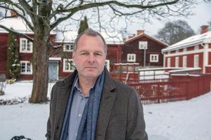 Oppositionsråd Johan Thomasson (M) anser att Gamla byn skulle vara ett passande område att göra om till bostadsrätter.