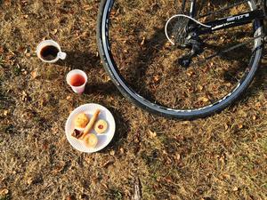 kaffe, saft och bullar i en salig blandning.