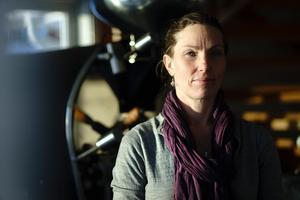 """Foto: Lina Johansson""""Min dröm är att vara den kreativa ledaren som rostar kaffe och jobbar i baren emellanåt. Mitt mål är jag ska kunna hitta på nya produkter och lyfta personalen. Det är min drivkraft. Att får vara den som är fri och inspirera andra"""", säger Eva"""