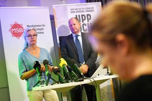 Dan Eliasson, generaldirektör MSB, och Christina Andersson, MSB, myndigheten för samhällsskydd och beredskap, presenterar broschyren
