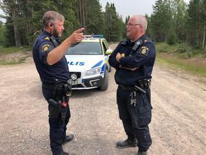 Poliserna Jan Henriksson och Jan Sjöwall, i närheten av området som ska evakueras utanför Särna.