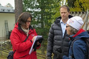 Tekniska rådet Therese Svedberg besökte ÖSK-området för att kunna avgöra byggets framtid. Jan Heilborn och Karin Englund Mäki bor i närheten av de planerade villorna.