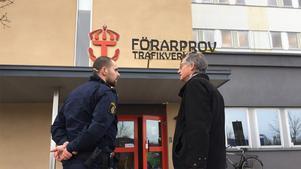 Polis har just nu spärrat av en avdelning på Transportstyrelsen. Smittskyddsläkaren Hans Fredlund är på plats.