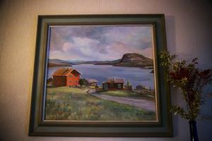 Oljemålningen är gjord av konstnären Barbro Dillner. Den visar familjen Svenssons gård i Valmåsen innan regleringen 1962. Här bodde Erika och Sven Svensson med sina tolv barn, var av Lilly Lindman var ett.