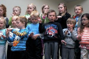 Barnen och lärarna från Tuvans förskola sjöng om fem fåglar på en gren som flög i väg. De visade med fingrarna hur många som var kvar.