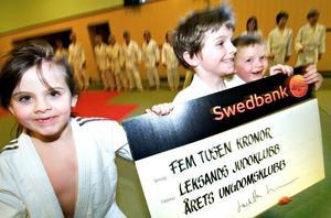 Lycka. Carolina Smångs, Samuel Smångs och Carl Lagergren hörde till många glada ungdomar när Leksands Judoklubb belönades som