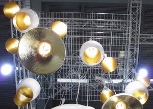 Mera ljus. Mixa och matcha även lampor i år, företaget Gulled var ett av många, som buntade ihop belysningen på mässan.