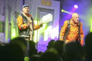 Lennart Jähkel, Sven-E, använder hojtdunken som instrument. Även Zingo går bra, Olles favoritdryck.