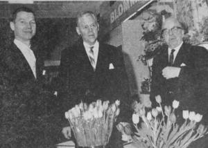 Varuhuschef Åke Asplind, försäljningschef Carl-Erik Jevall och direktionssekreterare Gustav Göthlin i Tempos avdelning för snittblommor.