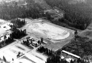 Flygfoto från maj 1983. Arbetet har kommit en bit på väg och man kan se bankroppen.