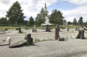 Många oskötta gravar i Kramfors pastorat efter nya gemensamma rutiner.