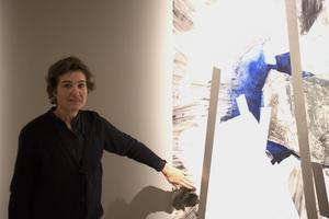 Sigrid Sandström pryder sina målningar med silverfärgad tejp som beroende på ljus och perspektiv kan växla färg från vitt till svart.